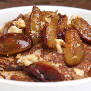 Banaan pannenkoekjes met warme pruimen en walnoot EEFSFOOD