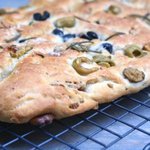 Focaccia met walnoten, olijven & rozemarijn