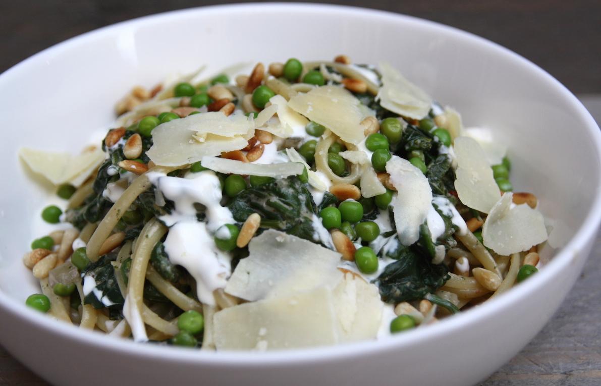 Linguine met spinazie, erwtjes en parmezaan