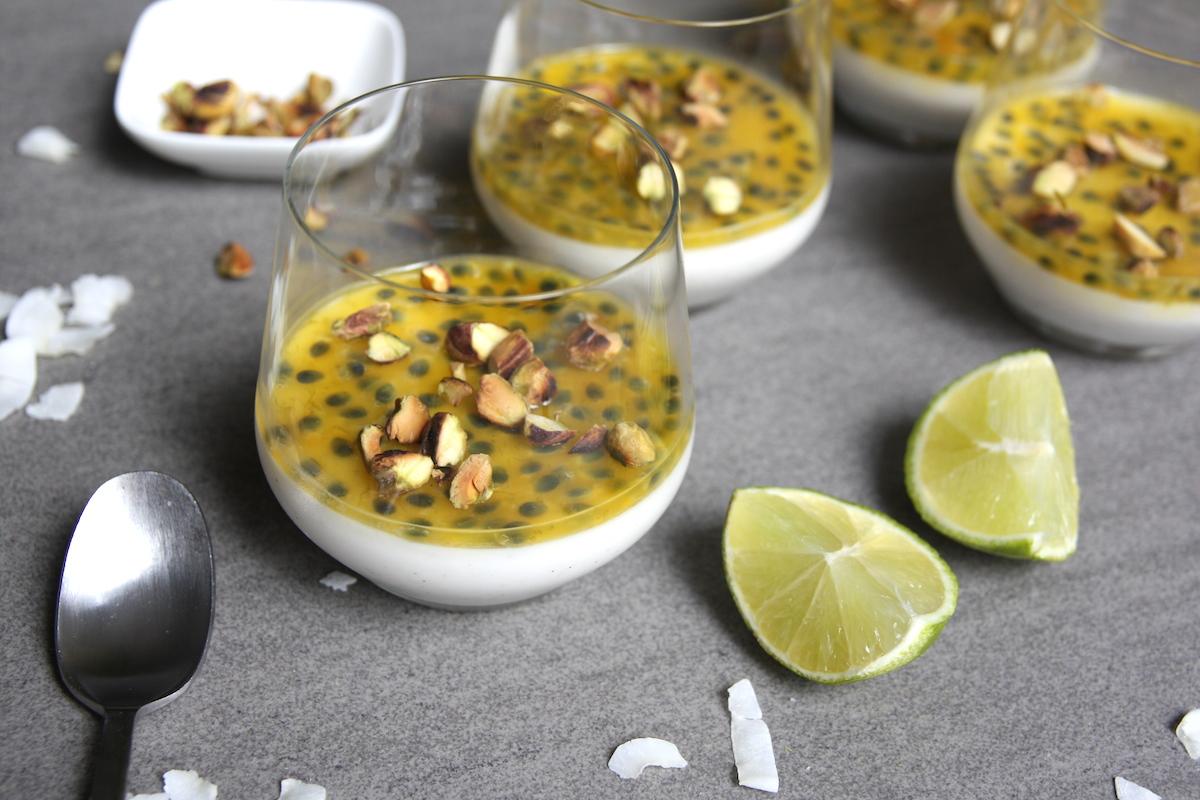 Kokos panna cotta met passievrucht en pistachenootjes