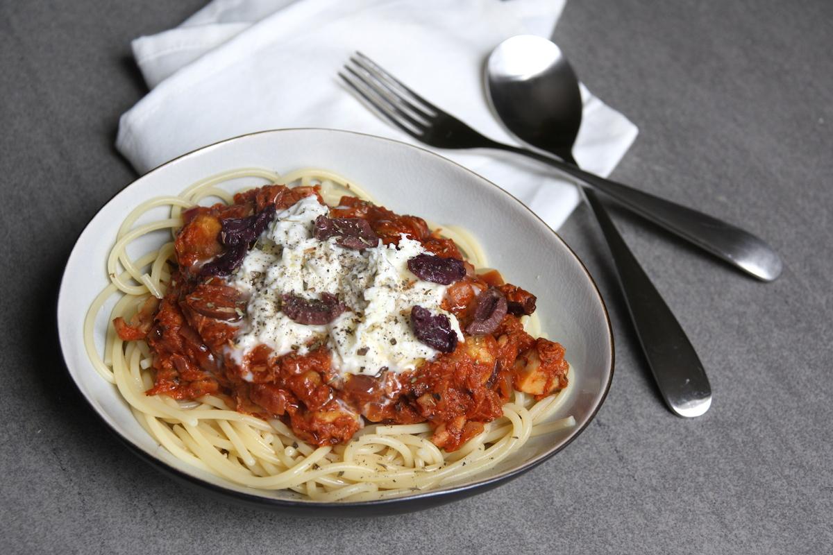 Spaghetti met tomatensaus, tonijn, champignons en mozzarella