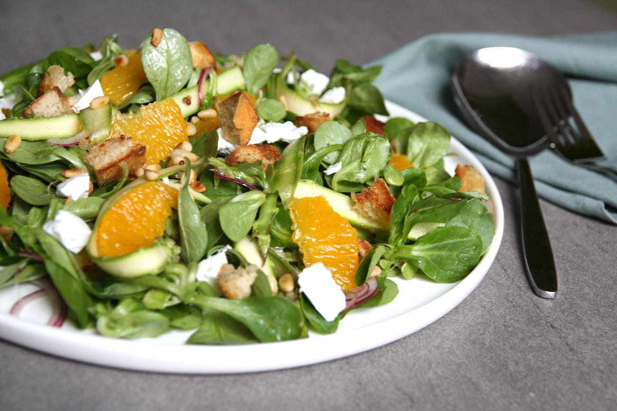 Salade met groene asperge, sinaasappel en geitenkaas