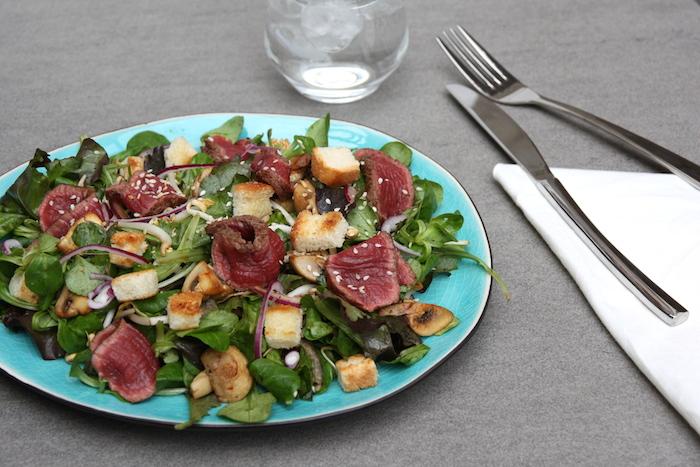 Lauwwarme biefstuk salade met gebakken champignons