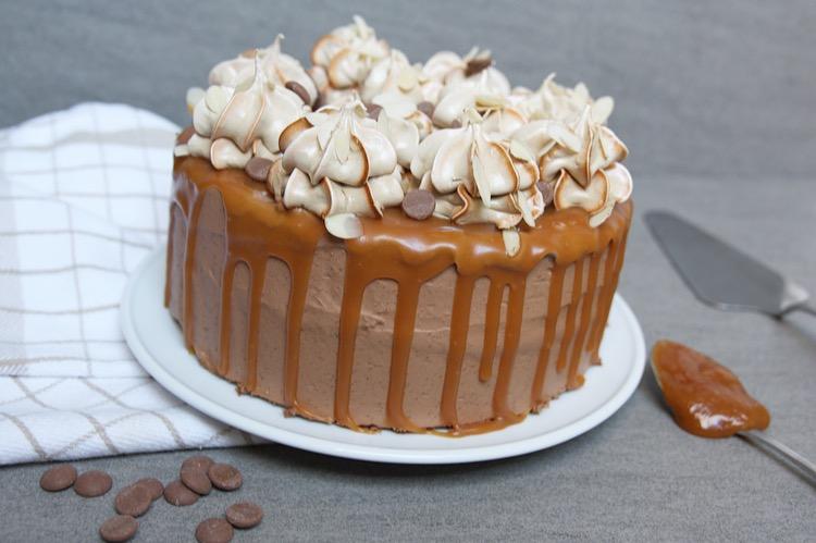 Chocolade karamel drip cake met koffie meringues