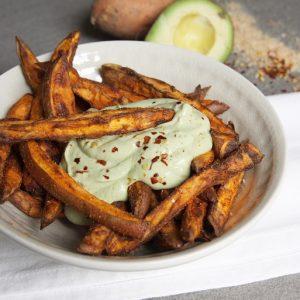 Zoete aardappelfrietjes uit de airfryer met avocado dip