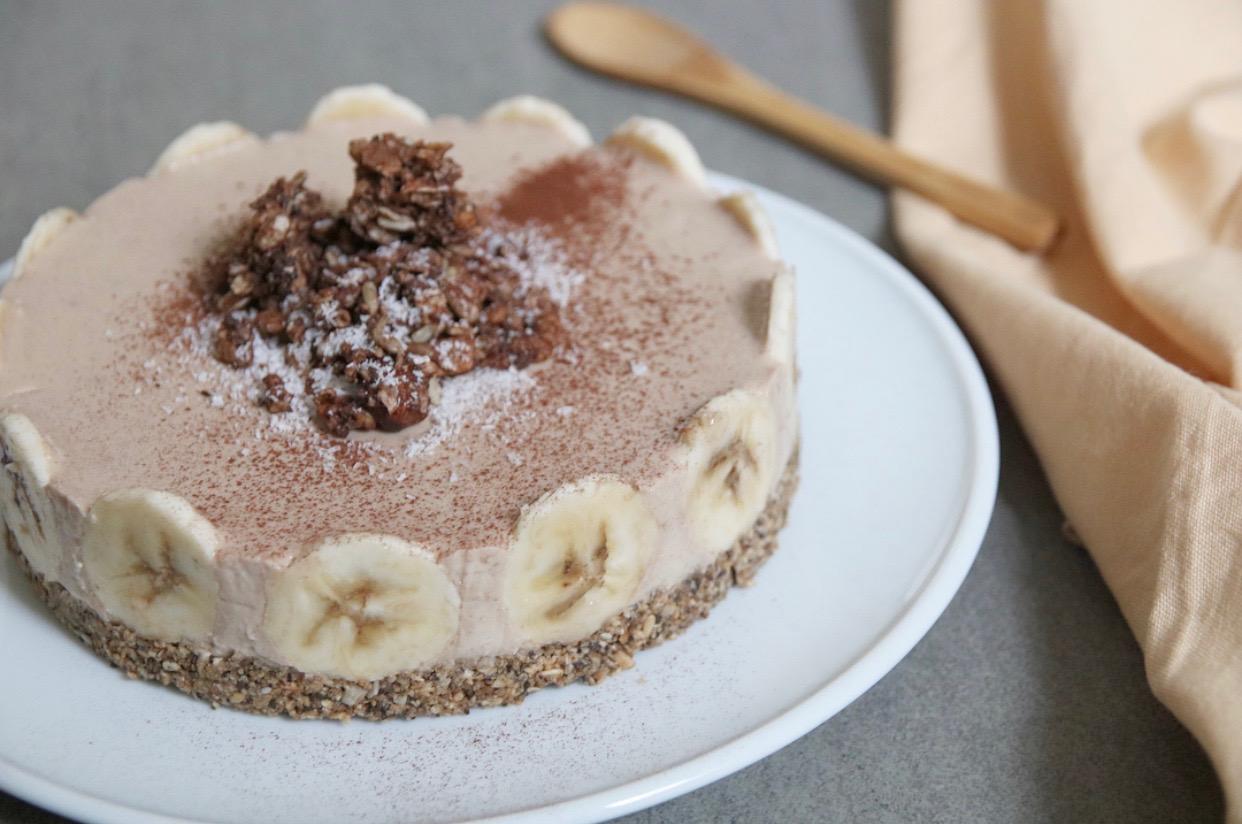 (Ontbijt)kwarktaart met koffie, banaan en kaneel