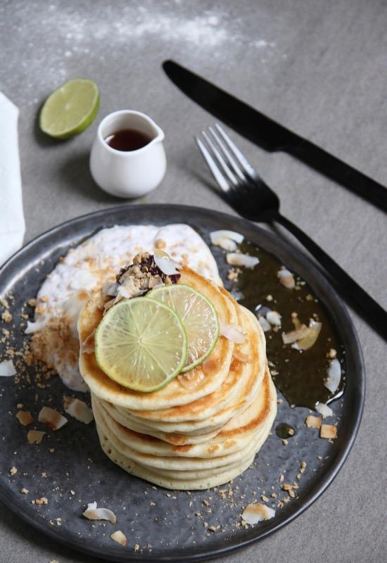 Fluffy limoen pannenkoeken met yoghurt en kokos