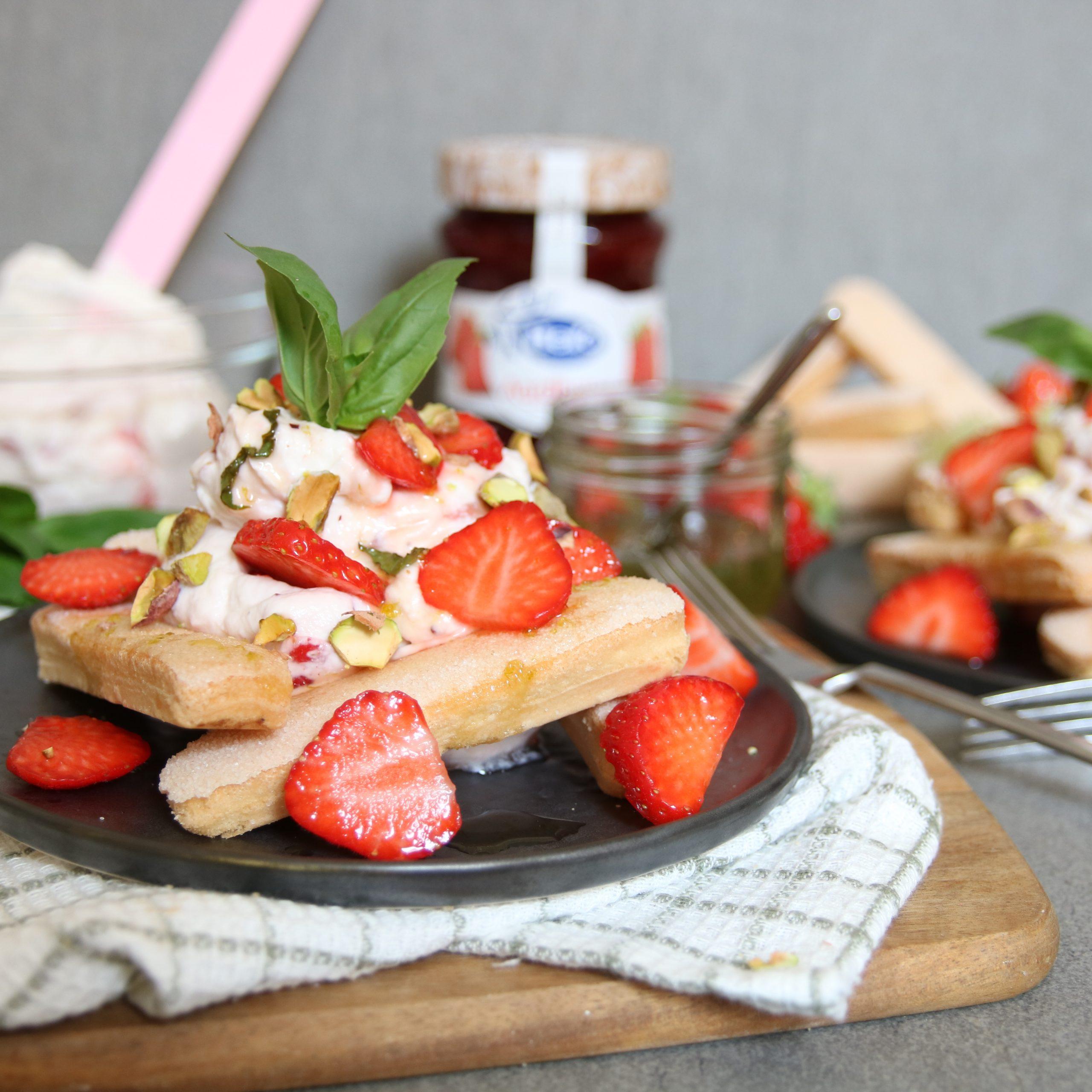Lange vingers met aardbeienroom, basilicum-limoen siroop en pistache nootjes