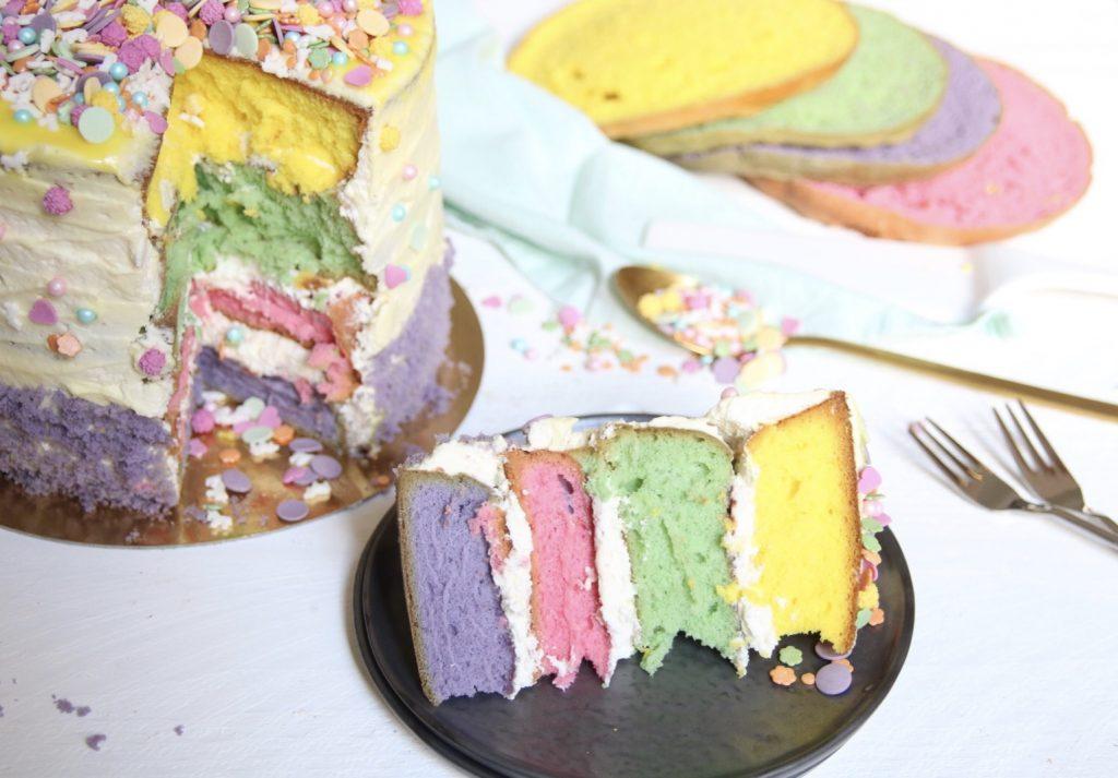 Puntje kleurrijke verjaardagstaart