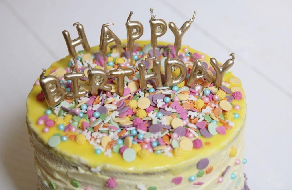 Kleurrijke verjaardagstaart close up