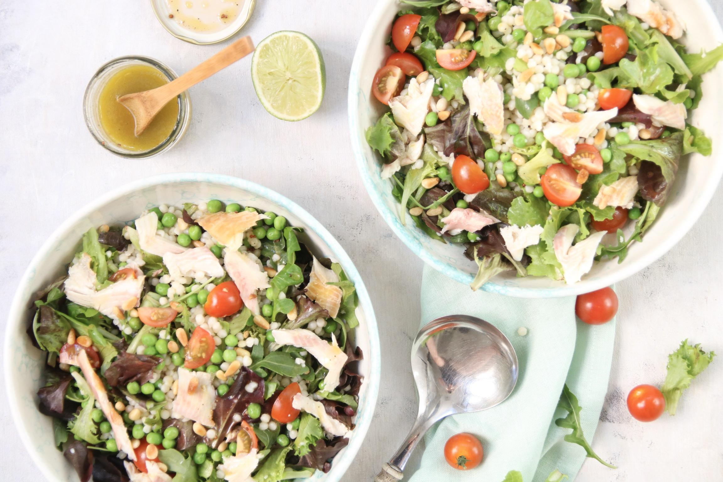 Parelcouscous salade met forel en tomaat