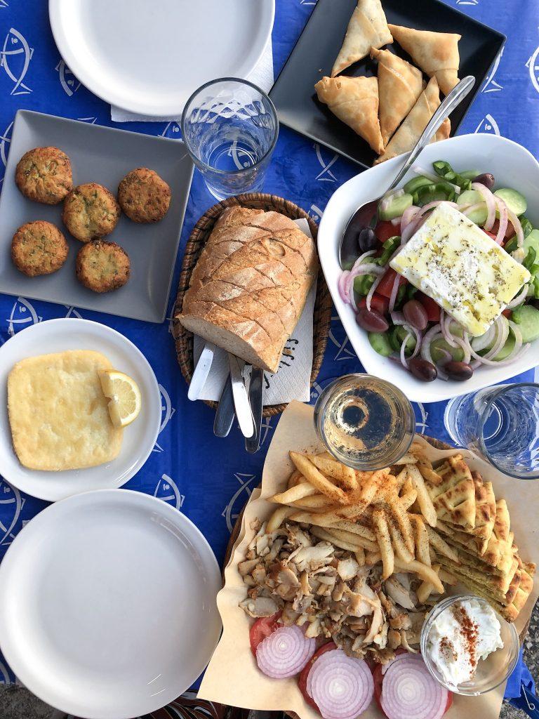 Tafel vol Grieks eten