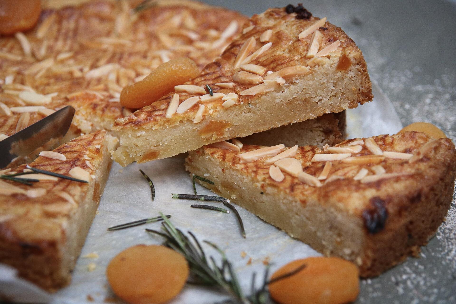 Eenvoudige boterkoek met rozemarijn en abrikoos