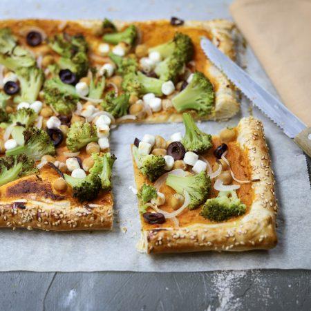 Plaattaart met broccoli, kikkererwten en geitenkaas