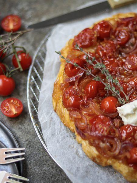 Tomaten tarte tatin met rode ui