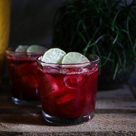 Zelfgemaakte limoen-bes limonade