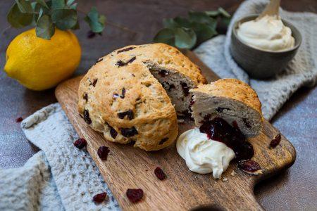 Reuze cranberry scone met citroenroom en jam