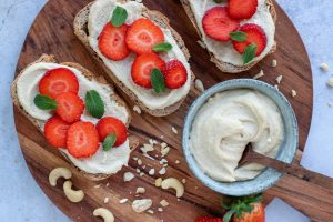 Toast cashew cream