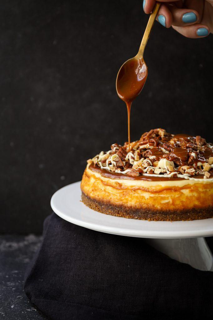 karamel cheesecake gieten