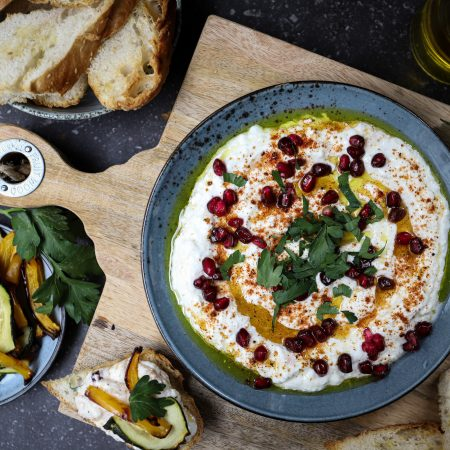 Labneh met brood en gegrilde groente