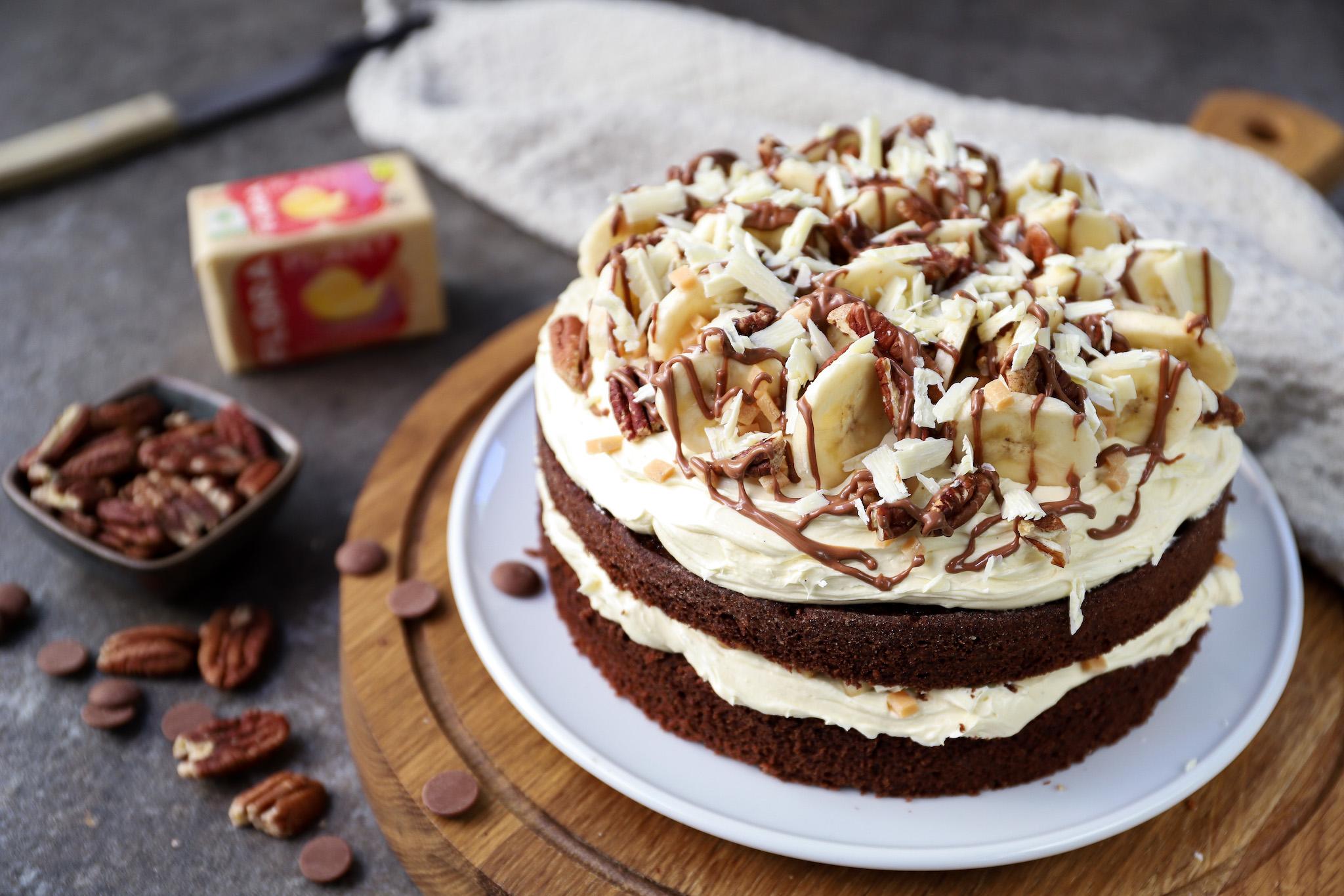 Chocolade-crèmetaart met banaan, karamel en pecannoten