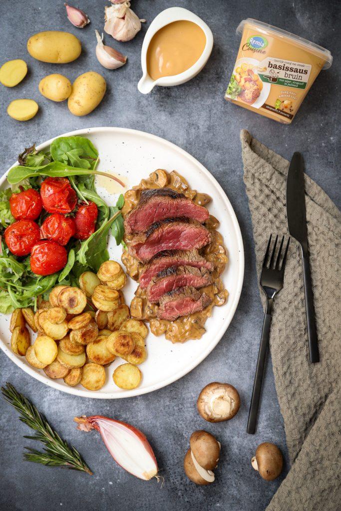 Biefstuk met champignon-uiensaus