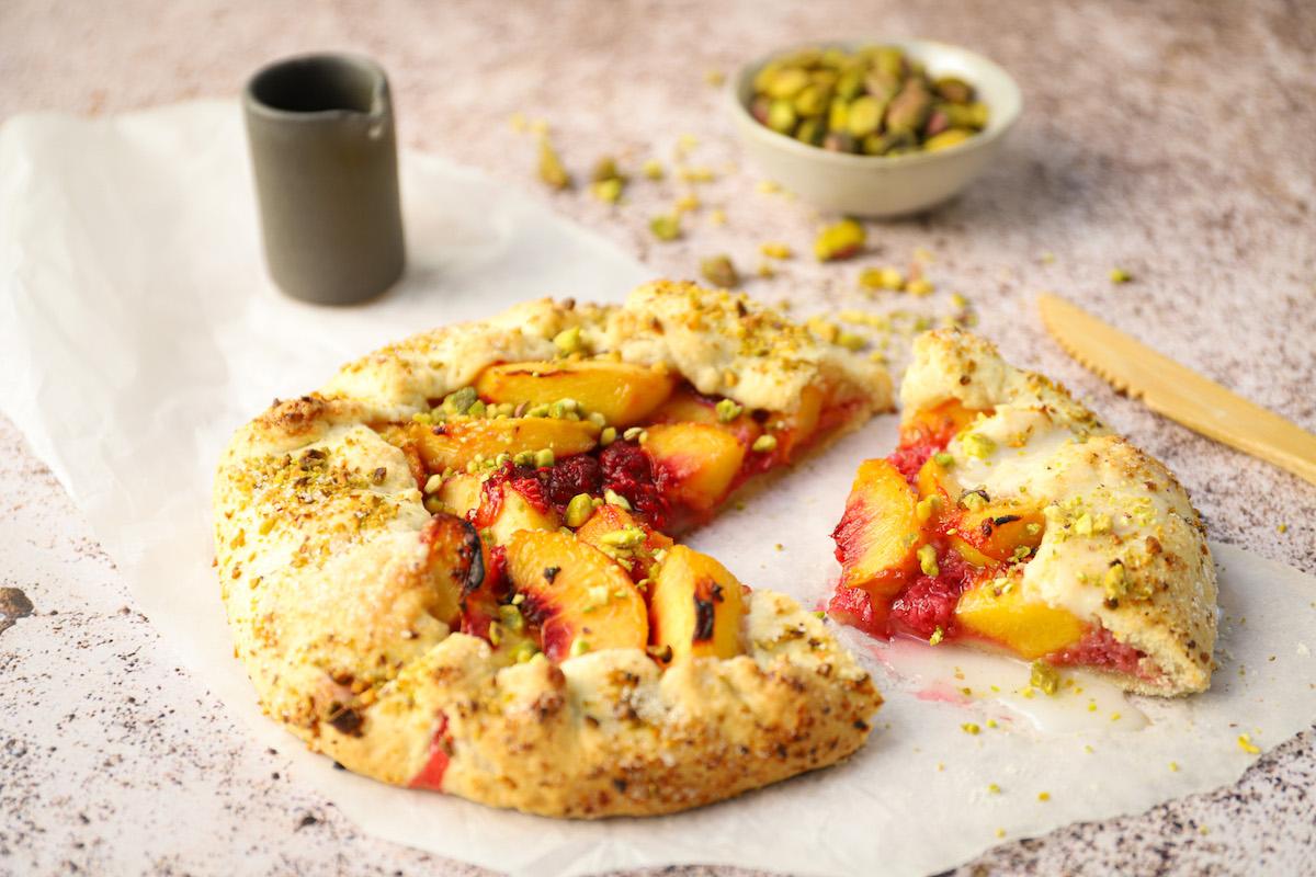 Galette met perzik, frambozen en pistache (vegan)