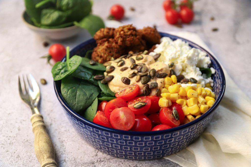 Spinaziesalade met falafel en feta close up