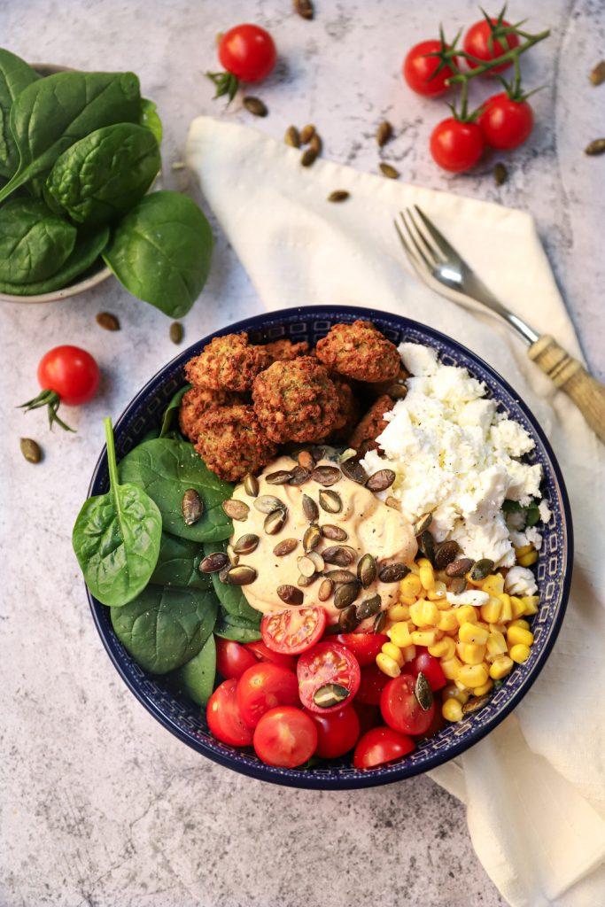 Spinaziesalade met falafel en feta bovenaf