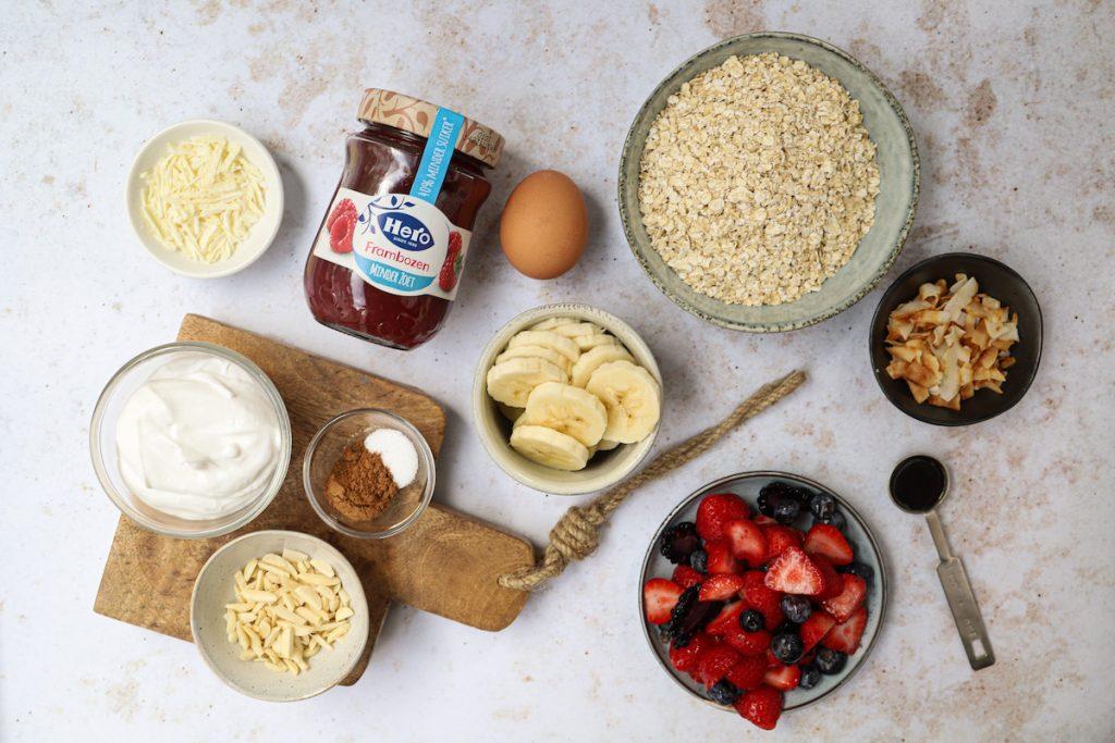 Zoete ontbijtpizza met rood fruit ingrediënten