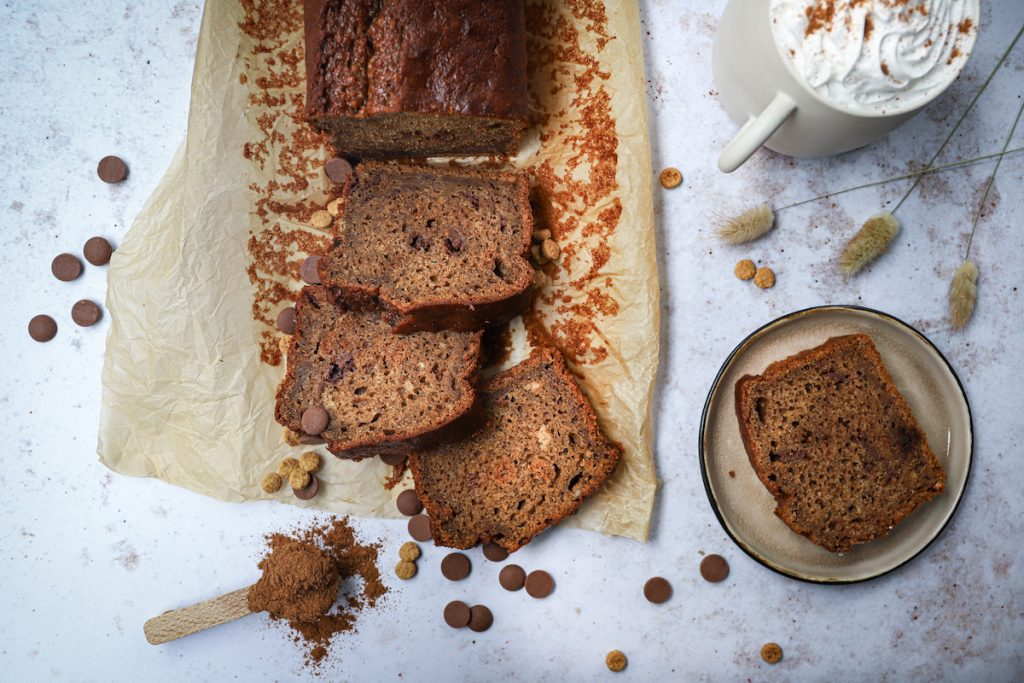 Smeuïg bananenbrood met chocoladestukjes bovenaf