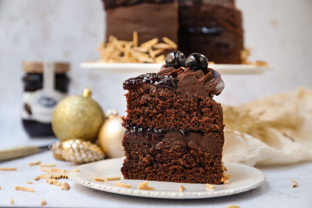 Chocoladetaart met ganache en kersen