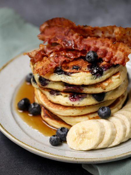 Kwark pannenkoekjes met blauwe bessen, banaan, pancetta en maple syrup