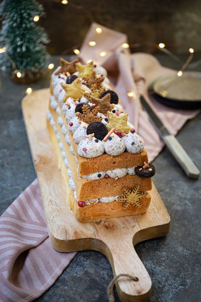 Langwerpige biscuit taart met Oreo-roomkaascrème